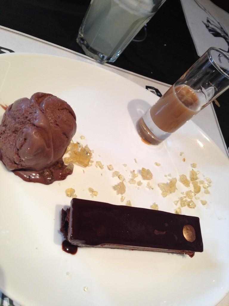 Lingote de chocolate, con helado de chocolate y una salsa de nougat, con unos trocitos de caramelo que eran blanditos.