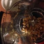 Moliendo castañas de Caju